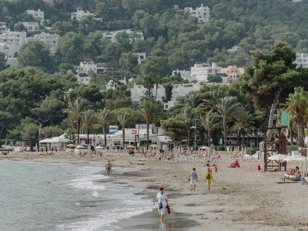 ibiza with kids - our 6 favorite family friendly beaches in santa eularia smoke free beach